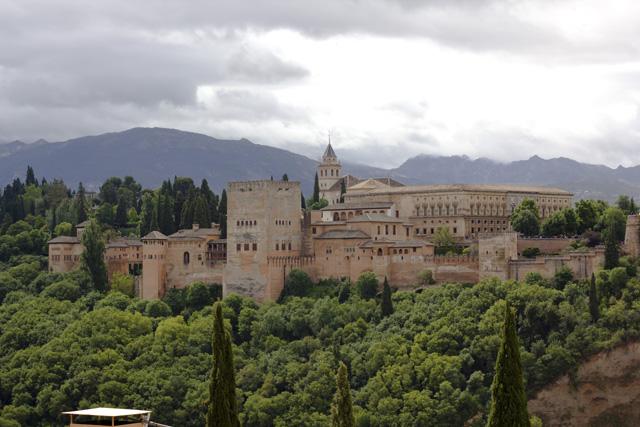 Alhambra mit Bergen
