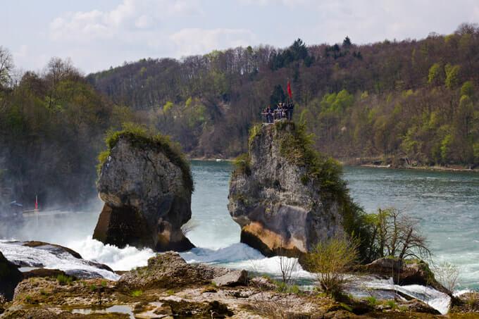 Felsen zwischen den Wassermassen des Rheinfalls
