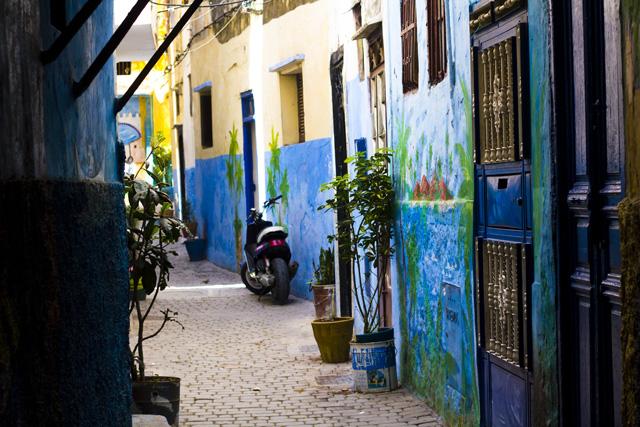 Bunte Gasse in Tanger Marokko