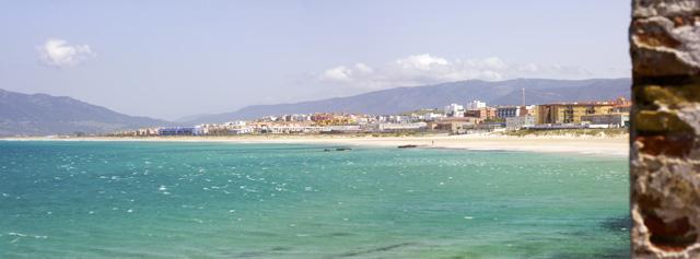 Tarifa vom Meer aus mit leerem Strand