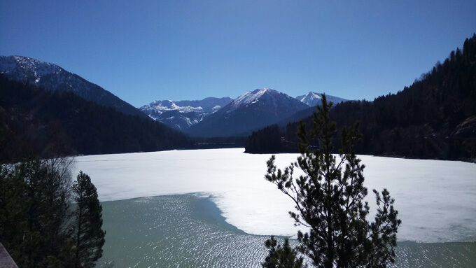 Zugefrorener See mit Bergen