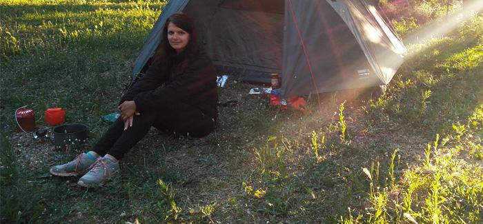 Zelten mit Kontaktlinsen - Silvia vor dem Zelt