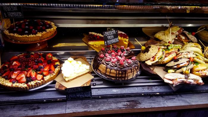 Torten und Bocadilla im Cafe Dulce de Leche Valencia, perfektes Frühstück