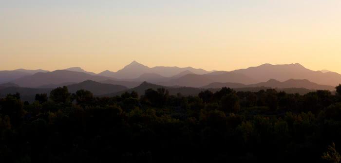 Auszeit und Entspannung durch ein Sabbatical - Sonnenuntergang hinter Bergen