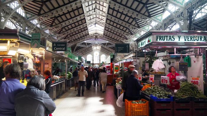 Die Markthalle in Valencia. Frisches Gemüse und Obst bei der Städtereise