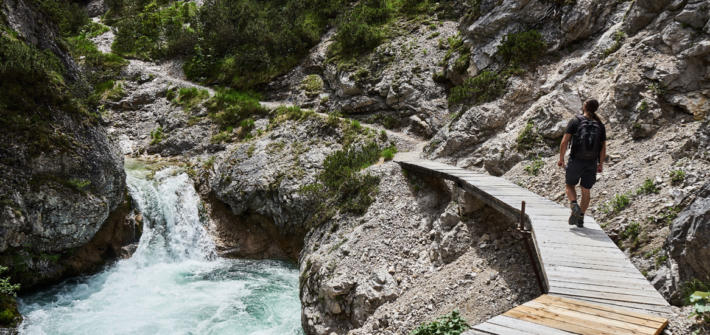 Wanderung im Karwendel durch die Gleirschklamm auf dem Holzssteg