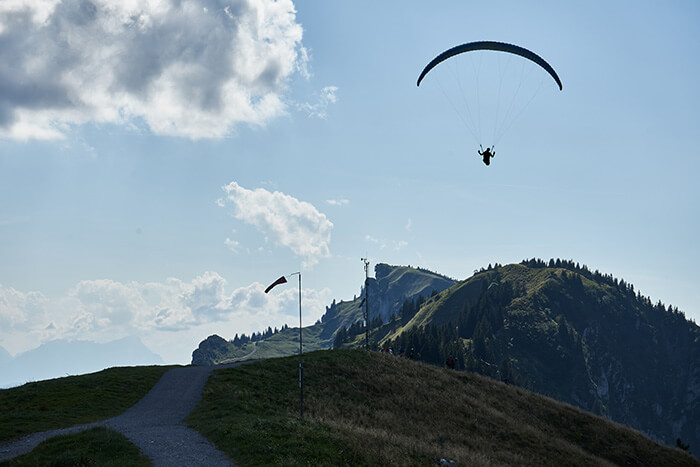 Gleitschirmflieger auf dem Gipfel