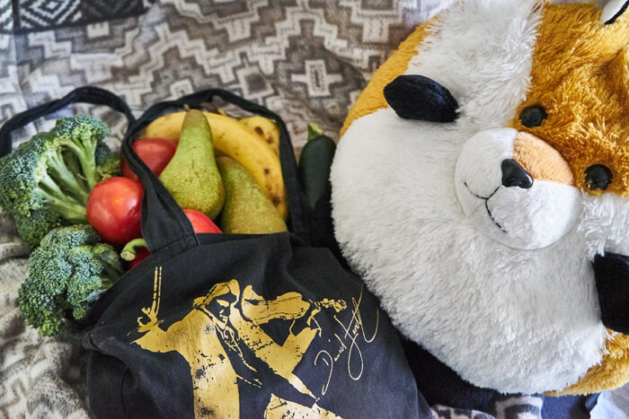 Nachhaltigkeit im Alltag beim Einkaufen mit Stoffbeutel und Freddy
