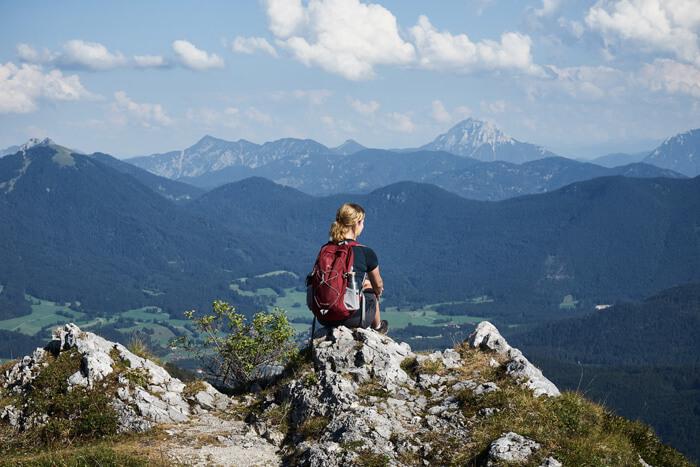 Silvia auf dem Gipfel schaut in die Ferne