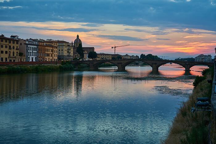 Sonnenuntergang über dem Arno in Florenz
