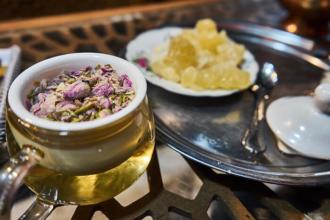 Tee mit Rosenblüten meine Iran Reise-Erfahrungen