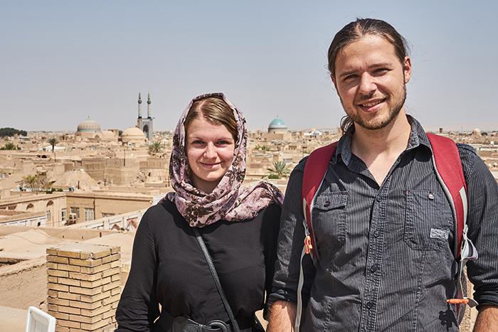 Thomas und ich auf dem Dach einer Moschee Iran Reise-Erfahrungen