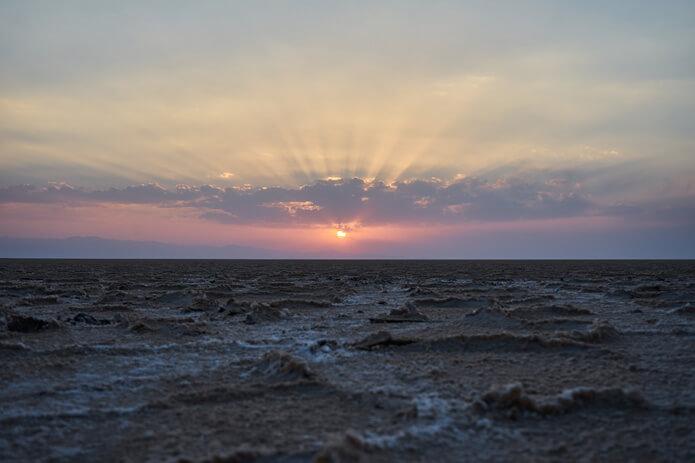Sonnenuntergang über dem Namak Salzsee