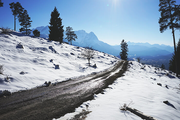 Berge und schneefreier Weg