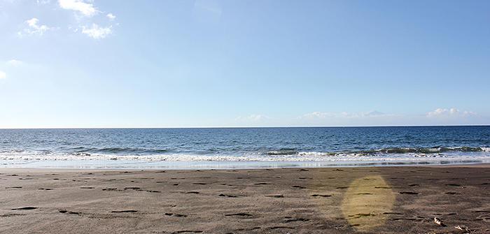 Ruhe am schwarzen Sandstrand Playa de Güigüi