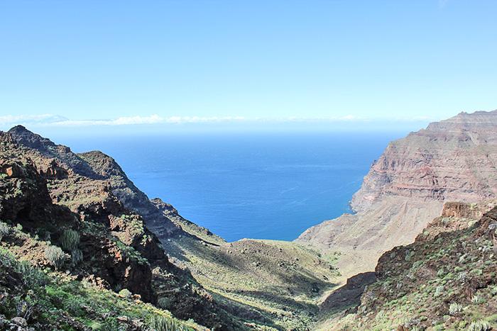 Schwarzer Sandstrand auf Gran Canaria in der Ferne
