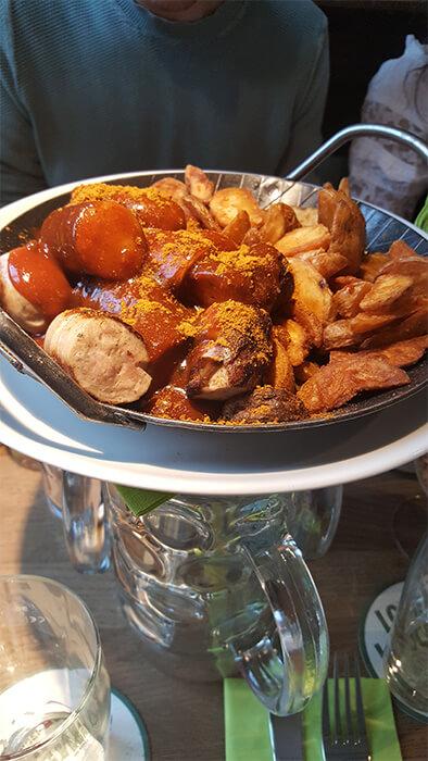 Bratwurst mit Currysoße