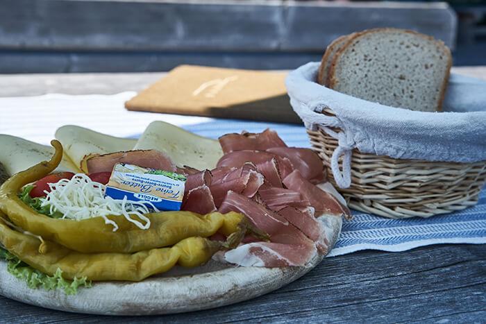 Brotzeit mit Brett und Brot
