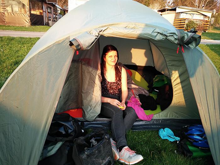 Silvia im Zelt bei der Radreise