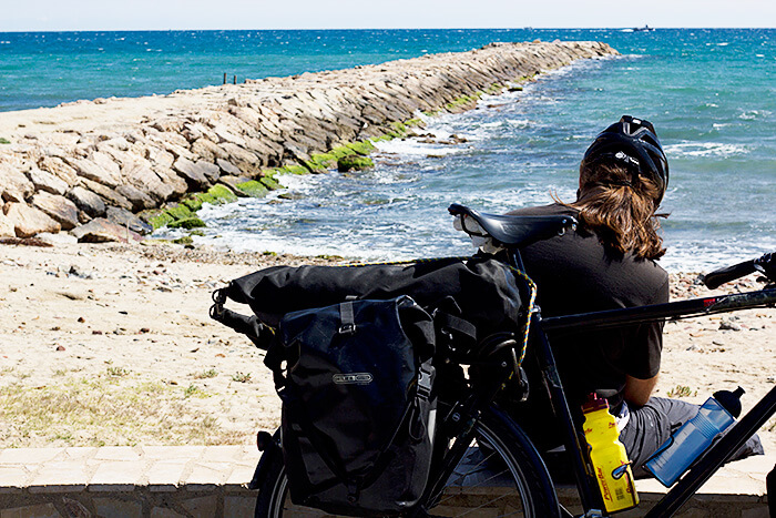 Pause mit Packtaschen Packliste Radreise & Fahrradtour