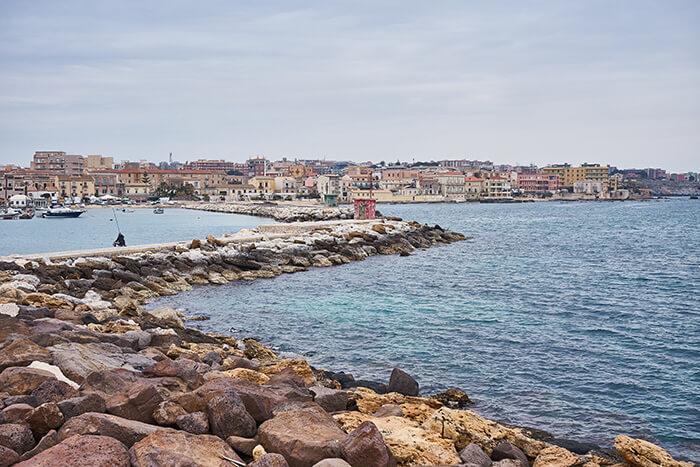 Syrakus am Meer von Sizilien