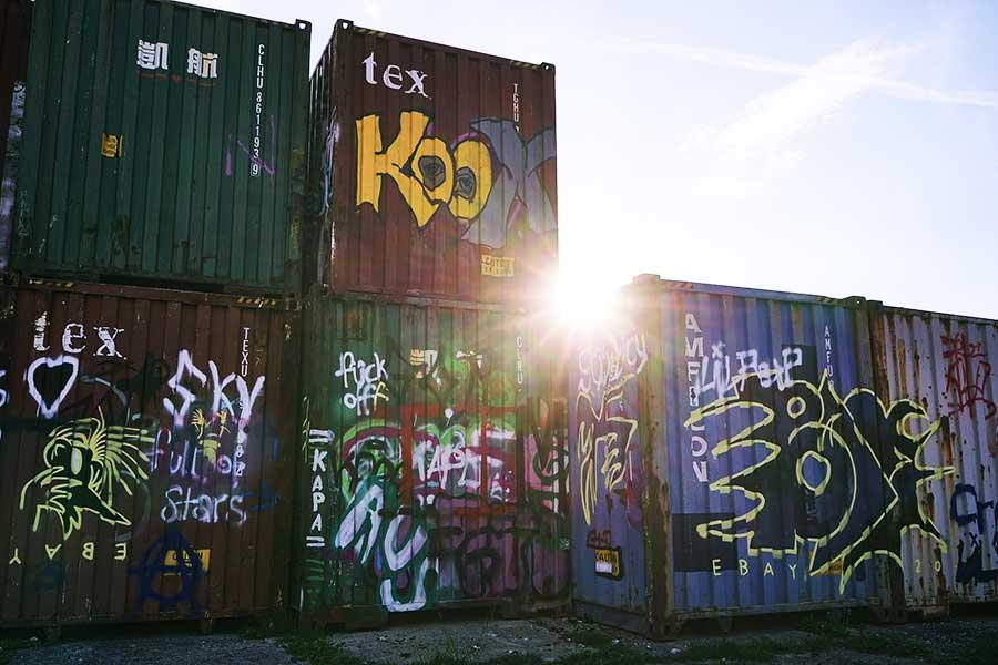 Bunte Container im alten Viehhof