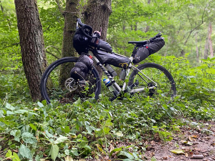 Gravelbike im Wald mit Gepäck