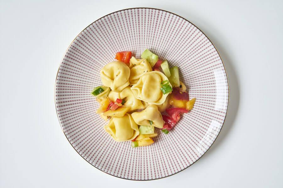 Tortellonisalat auf Teller